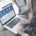 Девушка пользуется услугами сервиса 'Оплата госуслуг' при помощи ноутбука